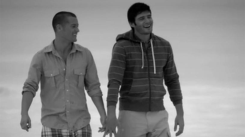 Une vidéo attendrissante qui encourage les LGBT à se tenir la main en public