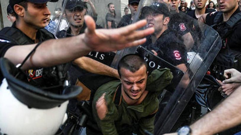 Istanbul : la police disperse violemment la Gay Pride