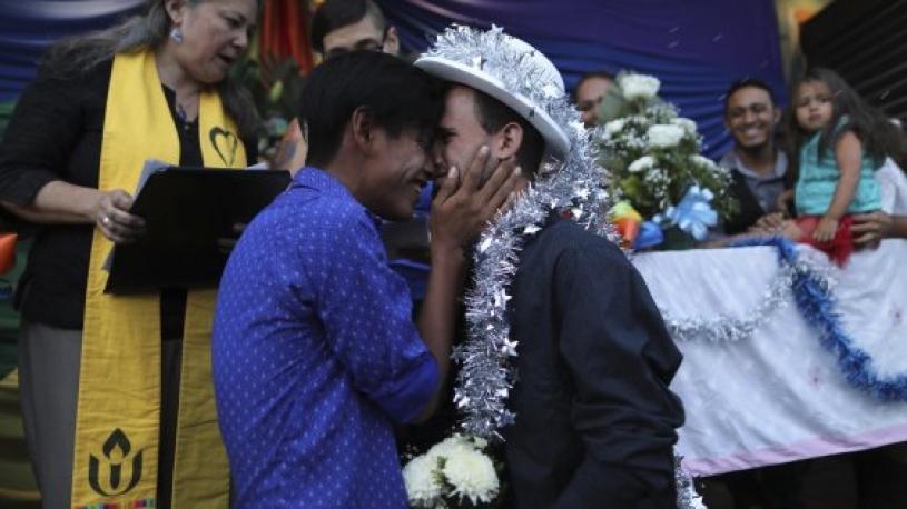 Arrivés à la frontière américaine, ces couples de migrants LGBT ont enfin pu se marier